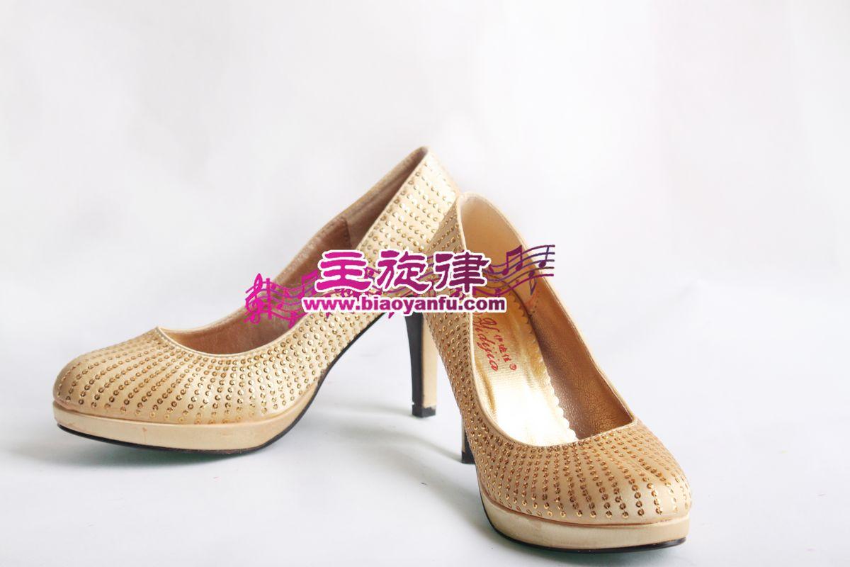 带钻金色鞋子