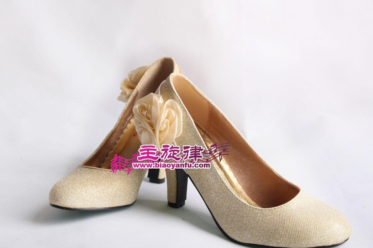 金色带花鞋子