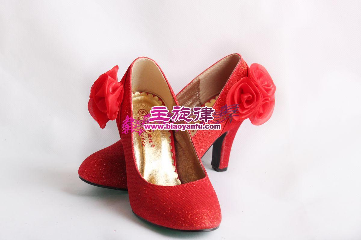 红色带花鞋子